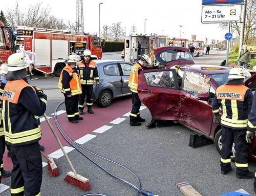 Person bei Unfall am Berliner Ring im Auto eingeklemmt