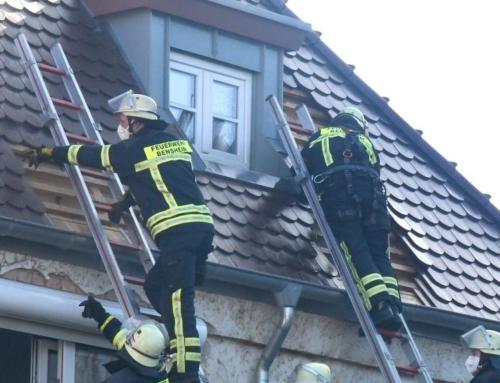 Feuerwehr muss Dach abdecken